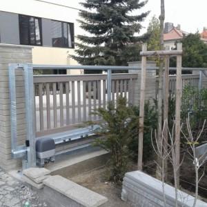 Posuvná vjezdová brána u rodinného domu, vyrobená firmou Konsorcium - KOVO