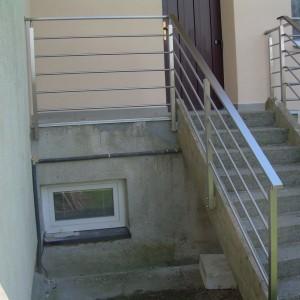 Pevné nerezové zábradlí u terasy a schodiště před domem