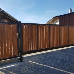 Systém posuvné brány a branky s dřevěnými prvky