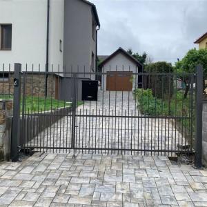 Vjezdová brána u rodinného domu na zakázku od firmy Konsorcium - KOVO
