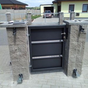 Vstupní dveře - branka jako součást systému oplocení v kombinaci se zdivem