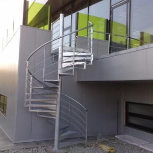 Elegantní točité kovové zábradlí kolem točitého schodiště