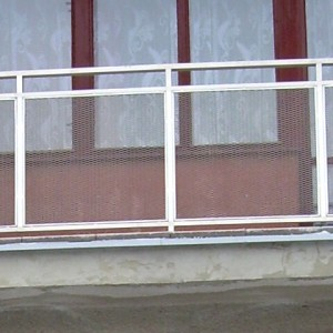 Detail kovového zábradlí pro lodžii rodinného domu
