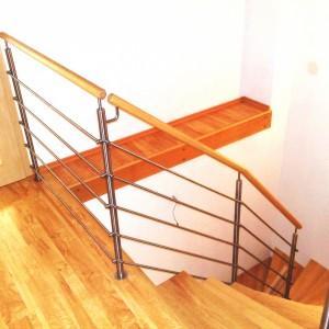 Jednoduchý systém zábradlí kolem schodiště rodinného domu