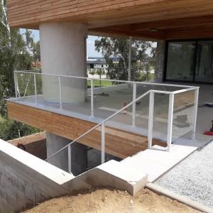 Elegantní kovové zábradlí u venkovního schodiště a terasy moderní budovy