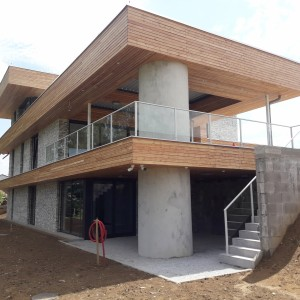 Nové moderní zábradlí na zakázku kolem nové moderní budovy
