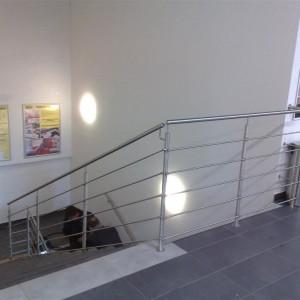 Kovové zábradlí na zakázku kolem velkého schodiště v budově