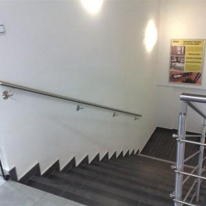 Pevné kovové zábradlí u schodiště v administrativní budově