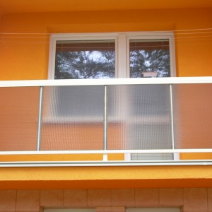 Kovové zábradlí se skleněnou výplní na balkonové lodžii