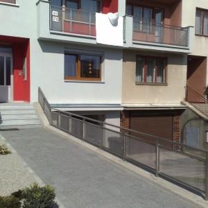 Nízké kovové zábradlí u rodinných domů zaručuje bezpečnost před budovami