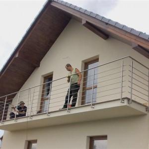 Moderní bezpečnostní zábradlí na terase rodinného domu