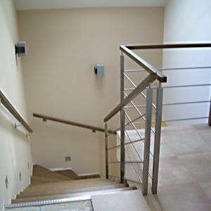 Kovové zábradlí u schodiště v domě