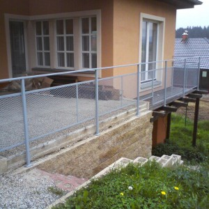 Kovové zábradlí kolem terasy domu