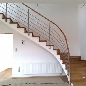 Kovové designové zábradlí na míru k obloukovému schodišti