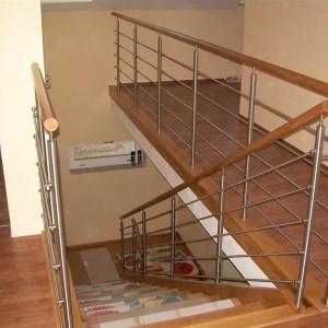 Kovové zábradlí kolem schodů a průchodů domem