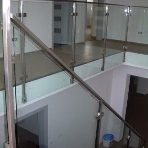 Bezpečnostní zábradlí uvnitř domu kolem schodiště a průchodů budovou