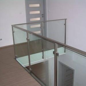 Bezpečnostní zábradlí kovové a skleněné uvnitř rodinného domu