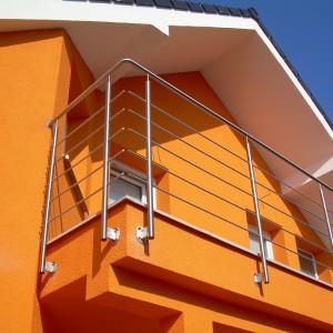 Vysoké a bezpečné kovové zábradlí na terase rodinného domu