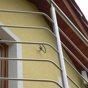 Detail kovového zábradlí na zakázku na balkoně rodinného domu