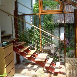 Moderní kovové zábradlí u schodiště