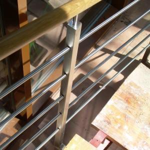 Detail pevného kovového zábradlí u schodiště