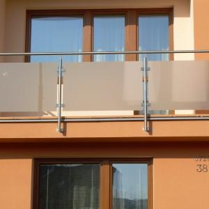 Kovové zábradlí se skleněnou výplní na balkonové lodžii rodinného domu