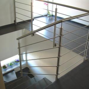 Kovové zábradlí na zakázku kolem schodiště a průchodu domem