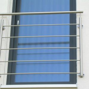 Jednoduché bezpečnostní zábradlí u dveří bez balkonu