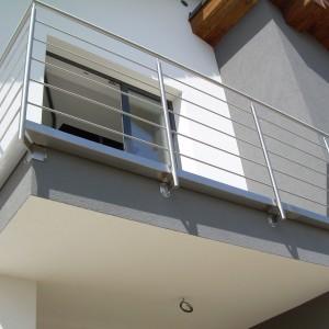 Zakázkové zábradlí v čistém designu u balkonové terasy