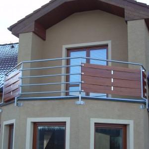 Robustní kovové zábradlí na zakázku u atypické terasy