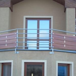 Mohutné kovové zábradlí u terasy rodinného domu