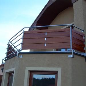 Robustní kovové zábradlí na terase domu