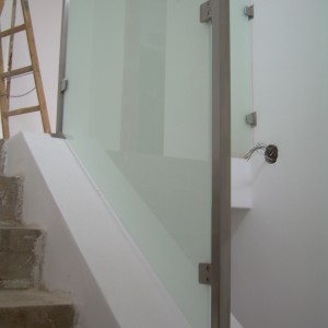 Minimalistické zábradlí se skleněnou výplní u malého schodiště