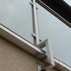 Detail nerezového zábradlí u terasy domu