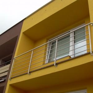 Kvalitní nerezové zábradlí u balkonové lodžie