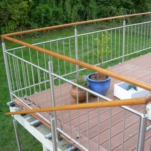 Kovové zábradlí s dřevěným prvkem na terase domu