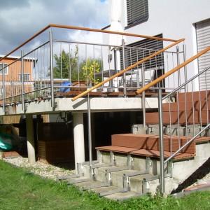 Systém zábradlí kolem terasy a schodiště u rodinného domu