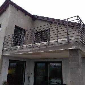 Zábradlí na terase nově stavěného domu