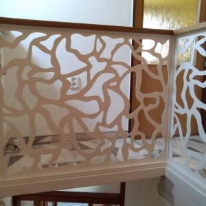 Kovové zábradlí s netradičním vzorem v interiéru domu
