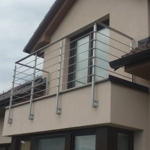 Vysoké nerezové zábradlí na terase rodinného domu