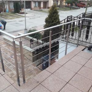 Nerezové zábradlí kolem terasy u rodinného domu