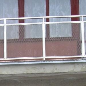 Kovové zábradlí v kombinaci se sklem