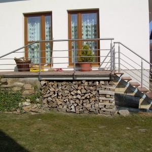 Kovové zábradlí na malé terase u domu a u schodiště na zahradu