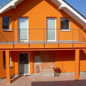Elegantní kovové zábradlí na terase domu