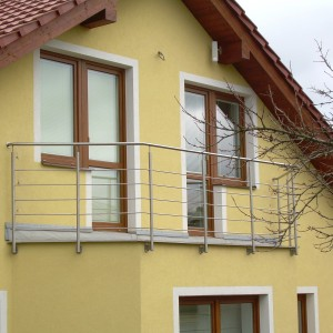Kovové zábradlí kolem balkonu nebo malé terasy domu
