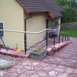 Moderní kovové zábradlí na zakázku u schodiště do zahrady