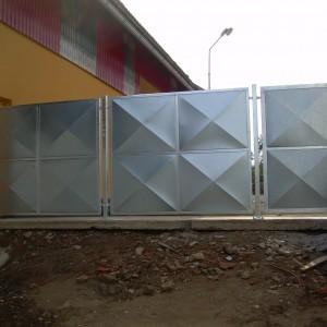 Velká brána s plechovou výplní u průmyslového objektu