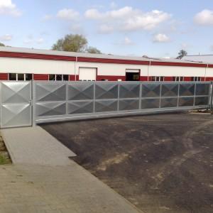 Velká posuvná brána u průmyslového objektu od firmy Konsorcium - KOVO