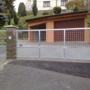 Ocelová křídlová brána u vjezdu do garáže, vyrobila ji firma Konsorcium - KOVO