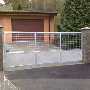 Nová kvalitní kovová brána na pozemku rodinného domu